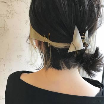 うなじ部分の髪をヘアクリップなどで留めれば、簡単にまとめ髪風に♪