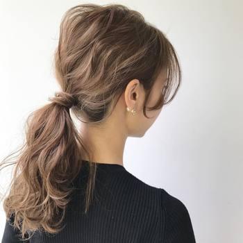 髪全体にカールをつけるとゆるふわポニーに♪ 結び目に髪を巻きつけると、アクセサリー無しでも大人っぽい印象に見えます。