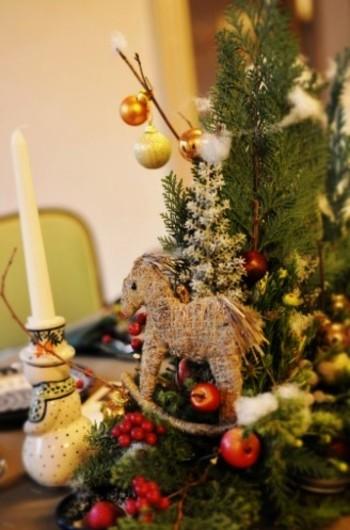 山手234番館「ポーランドのクリスマス」(2010年)から。馬のオーナメントは、キリストが馬小屋で生まれたことに因み、ヨーロッパ各地でクリスマスに登場します。