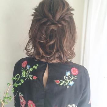 ちょっとひと手間加えて、耳上の髪をロープ編みにして後ろでピンで留めたハーフアップなら大人可愛い印象に♪