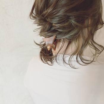 トップの髪を2~3段に分けてくるりんぱさせてから襟足をまとめると、簡単なのにこったアレンジに見えます。 結び目にヘアクリップをつけても◎