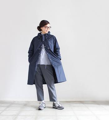 すっきりとしたAラインシルエットが魅力のフーデッドダウンコートなら、キレイめのスタイリングもお似合いです。コートのボタンは上の部分だけ留めて、中に着たストライプシャツが見えるような着こなしが正解◎。ブルー系×グレーの落ち着いた配色もクールな雰囲気で素敵です。