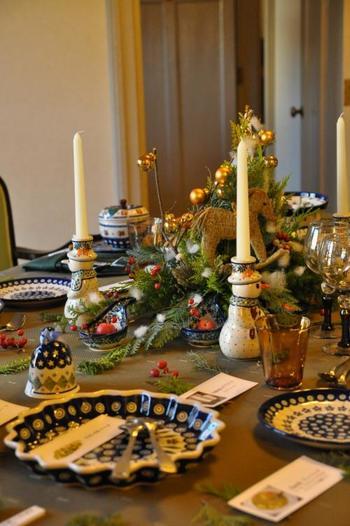 ポーリッシュポタリーは、近年、日本でも人気がありますね。テーブルの中央には、藁の馬が。