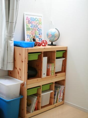 組み合わせが自在で便利なIKEA(イケア)のおもちゃ収納「TROFAST(トロファスト) 」。こちらは二段重ねて収容力をアップしています。  ランドセル置き場も兼ねた便利な子供部屋の収納ですが、小さなお子さんにとって、この高さでも崩れたら怪我の原因になりかねません。