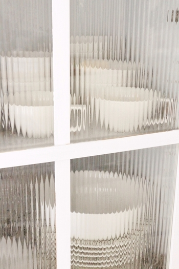 ガラス戸をモールガラスのように演出できる、目隠し用シート。このようなシートを貼れば、ガラスの強度を高めたり、割れた時の破片の飛び散りを低減してくれます。 貼り方は、カットしたシートを水で濡らしたガラスに貼るだけなので簡単です。