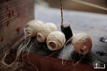 「中川政七商店」の商品は、手績み手織りの麻織物が魅力。約24メートルの生地を作るまでには、糸を積むところから始めて1ヶ月以上の時間が必要になるのだそう。手作りの伝統作品の良さをじっくり味わってみて下さい。