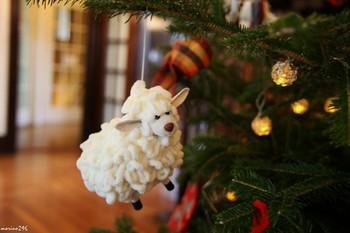 酪農大国らしく、ツリーのオーナメントはもこもこの羊さん!