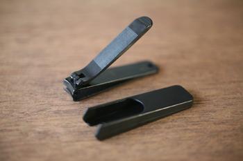 携帯用に便利な小サイズと、固い足の爪もラクラク切れる大サイズ。いずれもやすりと取り外し可能な爪飛散防止カバー付き。