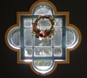イスラム様式のクワレットフォイルと呼ばれる窓にリースが映えて。