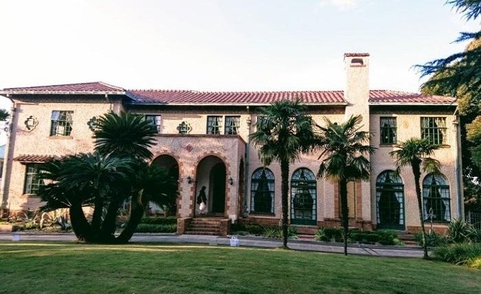 スパニッシュスタイルの特徴的な外観は、1920年の初来日以降、旧丸ビルなど数多くの西洋館を手がけたアメリカ人建築家・J.H.モーガンによるもの。 (筆者撮影)