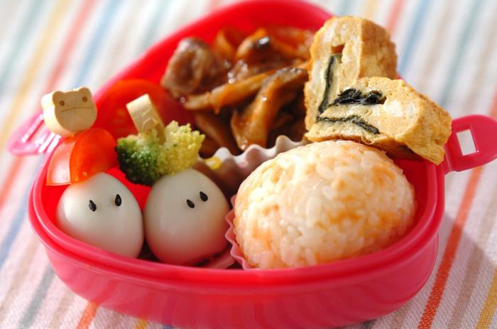 ・ポークカチャトラ ・ハートののりだし巻き卵 ・うずらの串差し ・サケおにぎり  小さいお子さんが喜ぶお弁当作りは、味はもちろん、見た目の可愛さも大事ですよね。 こちらのお弁当は、子供が大好きなケチャップで味付けした「ポークカチャトラ」や、ハート形のだし巻き卵、黒ゴマで目を付けたうずらなど。お子さんの「好き」がたくさん詰まった、とっても可愛いお弁当です。