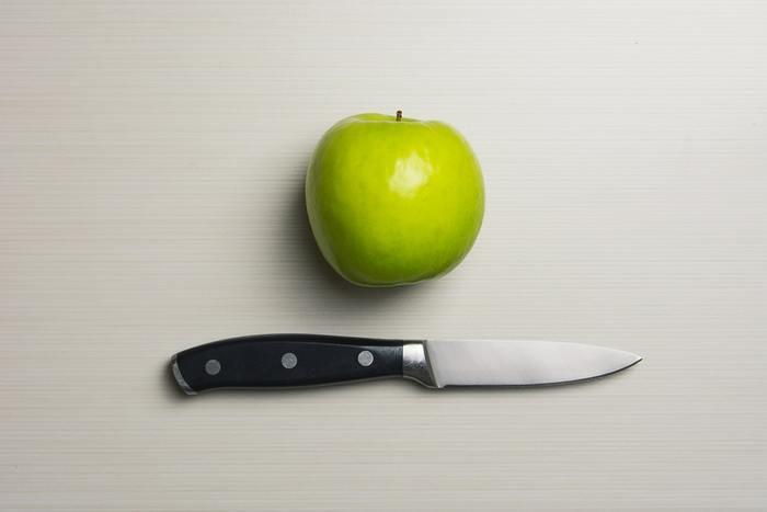 りんごをうすーくカットして。 スライサーを使うのも、均一になるので便利です。