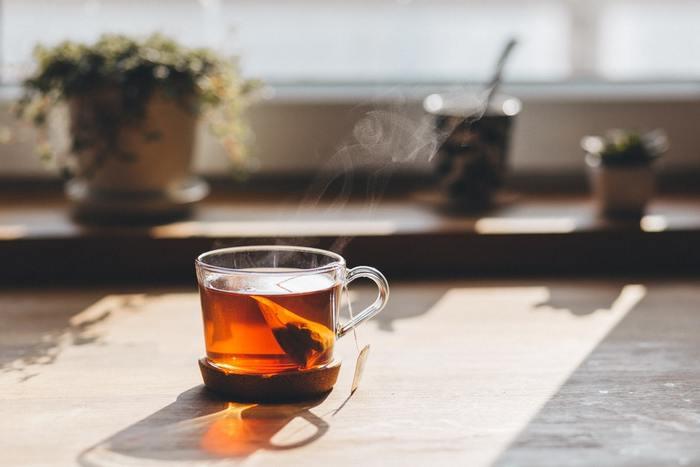 紅茶とも相性◎。  りんごチップを入れたグラスに紅茶を注ぎます。ほどよくしんなりしてりんごの香りがふわり。