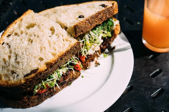 サンドイッチの具材を並べて、参加者が思い思いのサンドイッチを作って食べるパーティーのことです。