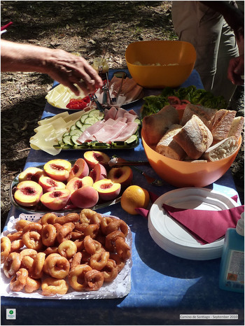 テーブルにサンドイッチの食材を並べた「サンドイッチバー」を作ります。