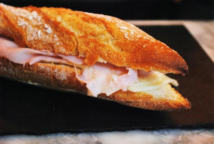 ターキーやポークなどいろいろな種類のハムを揃えて、ハム&チーズを楽しんでもらいましょう。