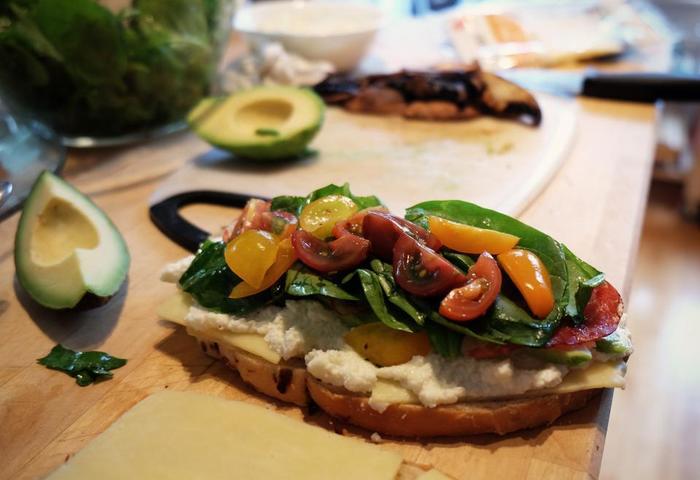 スライスしたアボカドもサンドイッチの具材にもってこいです。他には無いクリーミーな食感が良いアクセントになります。
