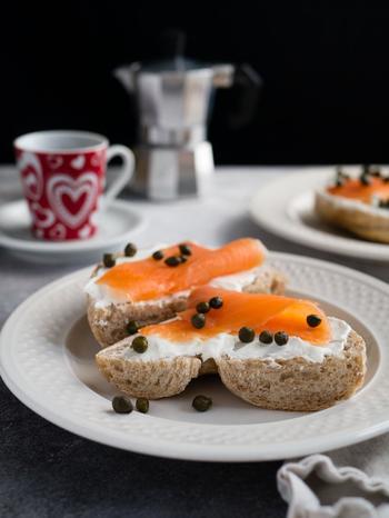 スモークサーモンもどんな種類のパンにでも合うおすすめ具材です。クリームチーズのほか、スライスしたトマトやオニオン、キュウリなどの野菜も忘れずに。