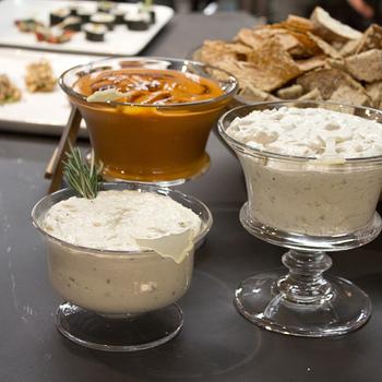 具材に合わせてソースも準備するのを忘れずに。素敵な小皿に入れてお洒落に盛りつけましょう。