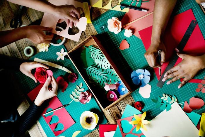 造花やリボン、ラタンやドライフラワーなどを使ったリースが定番ですが、 今回ご紹介する「紙」で作るリースは、ポップな柄物や繊細なレースなどの様々なペーパーを材料に、折ってはるだけの簡単なものから細かい細工まで、自分の好きなようにこだわって作れるところが魅力です。 使わずにしまってある可愛い包装紙やなかなか出番のないクラフトパンチなども大活躍します。 材料を買ってきたとしてもあまり費用がかからないのも嬉しいですね。ではさっそく、作例とクラフトのポイントをご紹介していきます。