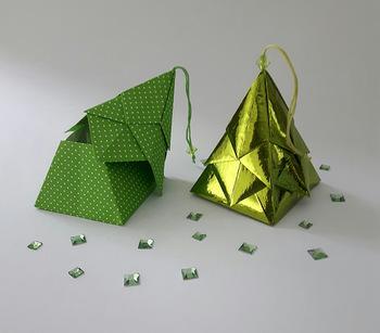 色画用紙やコットンペーパーが合いそうなこちらのツリー、切った紙を折って重ねるだけでできちゃうんです。たくさん飾ると森みたいになるかも。