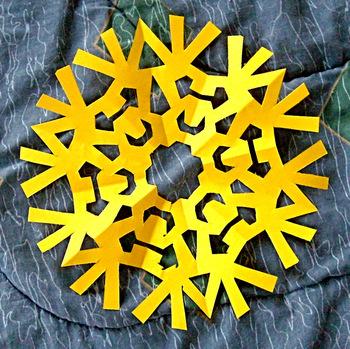 雪の結晶は色々な形を作って遊びましょう。