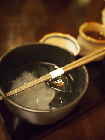 こちらの名物は貴重な吉野産の本葛を使った葛切り。 国産の葛根を約半年かけ、素材の風味を大切にしながら丁寧に作り上げた稀少な葛を使用しています。