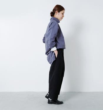 スウェット地のトップスも、リラックスムード漂うオーバーサイズを選べば女性らしい着こなしを楽しめます。中に着た白シャツを袖口からラフにのぞかせたり、裾をフロントインしたりと、キレイめに寄せる小技も上手に効かせて。