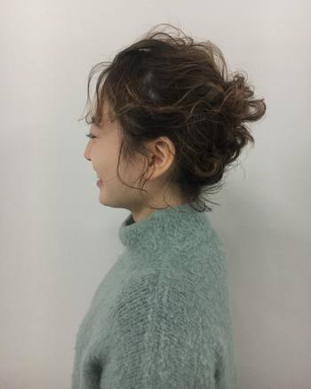 サイドの髪をねじったアレンジをプラスしても可愛いですね。 アレンジ前にしっかりコテで巻いておくと、ふんわりとした雰囲気に仕上がります。