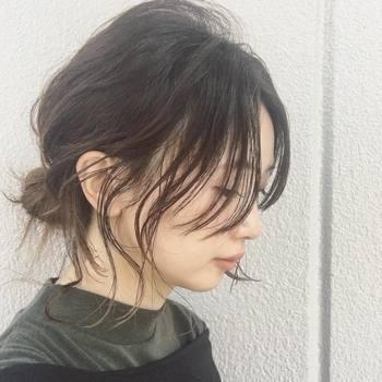 後れ毛をたっぷり出したラフなお団子なら、大人っぽい雰囲気に。 毛先にカールをつけてあげるとナチュラル感がアップします♪