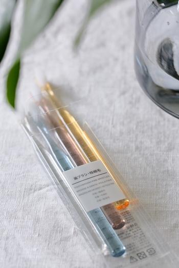 無印良品の歯みがき(極細毛タイプ)は、先端が細くやわらかいので歯茎を傷つけにくく、優しく磨くことができます。透明カラーは、清潔感があり、洗面所にあってもすっきりと見せてくれます。