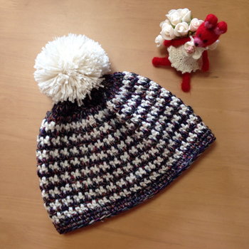 カラーミックス毛糸と白い毛糸を一段ずつ交互に編んでいく帽子。毛糸によって表情が全然かわるので編み上げていくのが楽しくなります