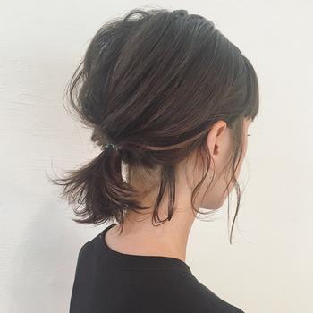 トップの髪を少し崩したり、きっちりまとめ過ぎないのがポイント!