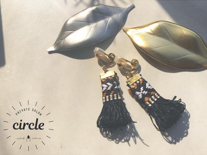 おおぶりでゆらゆら可愛い、ボヘミアンイヤリング。チロリアン柄が冬の装いにぴったり*