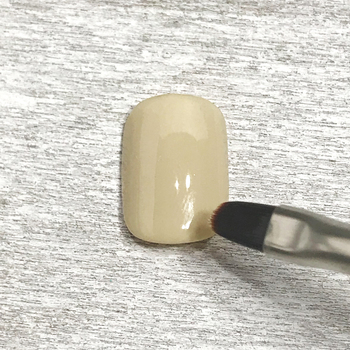 ①お好みのベースカラーを塗ります。2度塗りをすることで発色が良くなり、色むらもカバーできるので、しっかり2度塗りをしましょう。また、爪の先端まで塗ることでジェルの持ちも良くなります!