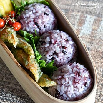 一家の大黒柱として働く旦那さんのお弁当は、何よりもまず「栄養バランス」のとれたメニューにすることが大事ですよね。メインの唐揚げに野菜の副菜を添えたこちらのお弁当は、彩も鮮やかで綺麗な盛り付けが素敵ですね!お肉と野菜が一緒に摂れて、さらにマンナンヒカリ&黒米のおにぎりで栄養面もばっちりです。