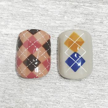 ③ダイヤの真ん中をクロスするようにラインを引き、仕上げにトップコートを塗ったら出来上がり♫写真左のように全体にダイヤを描いたり、ラインを点線にしたりと様々なアレンジもできます。