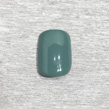 ①お好みのベースカラーを塗ります。今回は冬にぴったりのスモーキーグリーンを使用しました。