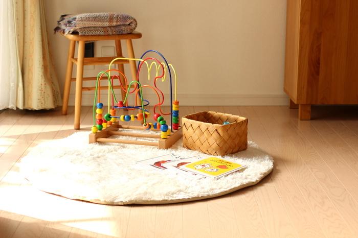 水拭きと併せて行ってほしいおすすめのお手入れ術が『ワックスがけ』。ワックスがけをするだけで、日頃行うフローリングの水拭きがグンと楽になるんです!ワックスコート膜で床が保護されるので、サッと水拭きしただけで汚れにさよなら出来ます。