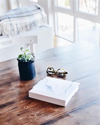 カーテンを洗うとお部屋がパッと明るくなるように、面積の広いフローリングを水拭きすると空間全体が明るくなります。お部屋で心地良く過ごすためには、清潔さと同じくらい明るさも大切なポイントなので、やはり水拭きは大切にしたいところ。