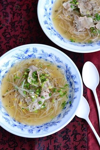 バラ肉ともやしだけの材料でできる、かつお節のだしが効いた和風のスープ。材料を切って入れるだけなので、調理時間10分で簡単に作れます。仕上げに、片栗粉でとろみをつけて飲みやすくするのがポイントです。