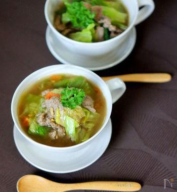 めんつゆを使った具沢山の和風スープ。鷹の爪が少々入っており、ちょっとピリ辛な味わい。レタスは最後に入れて、食感を残すのがポイントです。