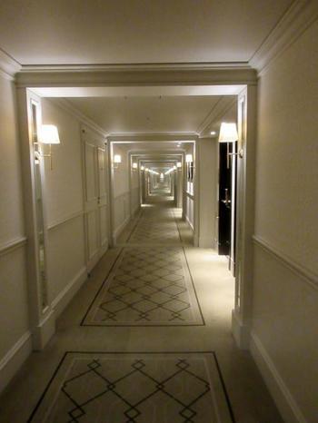 まるでサスペンス映画に出てくるようなどこまでも続くクラシックな長い廊下。東京駅自体が細長い作りなので、ホテルの廊下が長いのも納得ですね。
