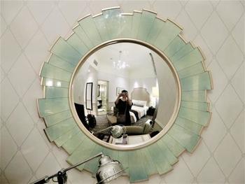 一見普通のミラーに見えますが凸面鏡になっています。細かいところまで凝っていておしゃれ!