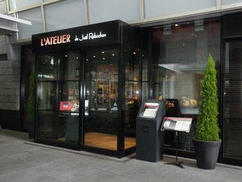 日本でも人気のフレンチの巨匠ジュエル・ロブション氏が手がけるパティスリー&ブランジュリー「ラ ブティック ドゥ ジョエル・ロブション」。普段、レストランを利用するのは難しくても、ちょっとしたパンやケーキを楽しめるこちらのお店でも、ガレットデロワが販売されますよ