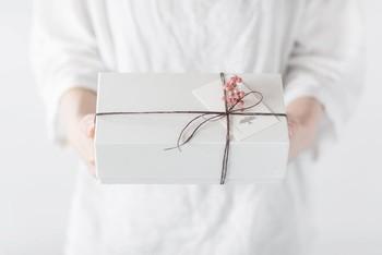 新年のご挨拶に伺う時に欠かせない御年賀は、前もって準備をしておくと、余裕を持って品物選びが出来ます。渡す人の好みをリサーチしたり、もらって喜ばれるものを選びましょう。
