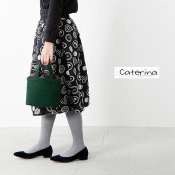 ころんとした形が可愛らしいミニサイズのバッグ。シックで落ち着きのあるグリーンが、控えめなさし色として活躍してくれます。