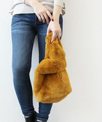 ふわふわもこもこの毛並みが可愛いラビットファーのバッグ。上質な大人っぽいファーが、トレンド感のあるスタイリングを演出してくれます。