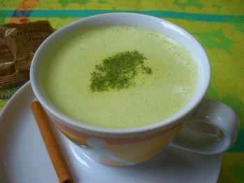 粉末状の市販の緑茶を牛乳で割った「緑茶ラテ」です。シナモンスティックや、中国料理によく使われるスパイスの八角が入っているので、しっかりとしたコクのある一杯です。
