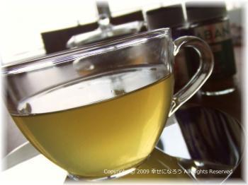緑茶をベースに、レモン・ピンクペッパー・ローズマリー・ミントなどを加えたハーブティーです。緑茶の苦味をハーブが抑えてくれるので、飲みやすいですよ。香り豊かなハーブティーでリラックスしながら、体の芯まで温まりましょう。